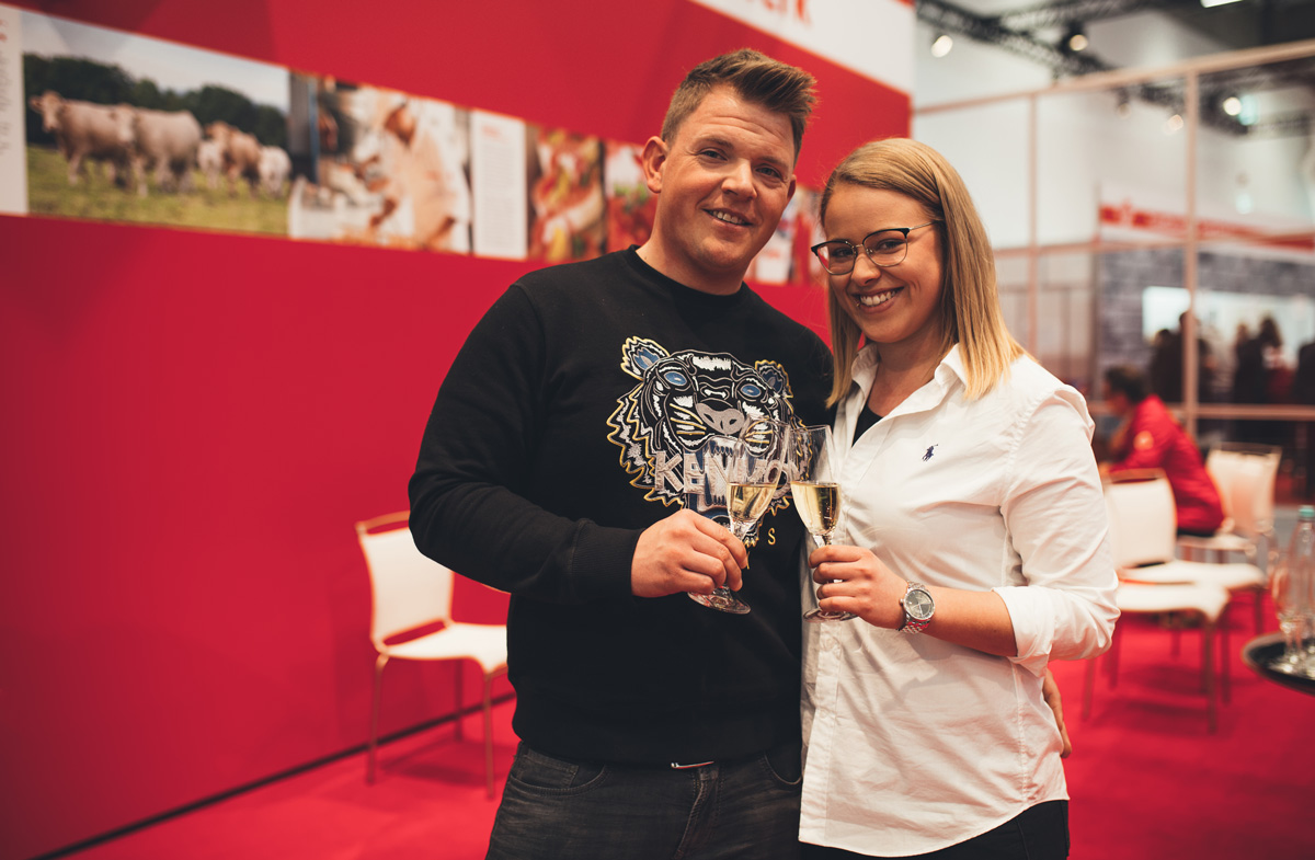 """So sehen glückliche Gewinner aus: Nehle und Simon von """"Karcher - Dein Metzger"""" freuen sich über den Innovationspreis """"Wurst hat Zukunft"""" 2019."""